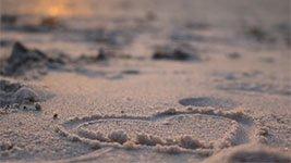 Herz im Sand als Symbol für Seebestattung
