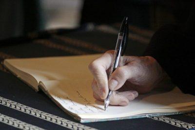 Notizbuch als Symbol für Voraussetzung Seebestattung
