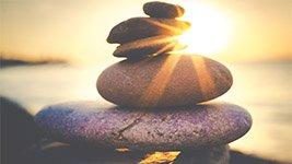 Gestapelte Steine als Symbol für Seebestattung Kosten